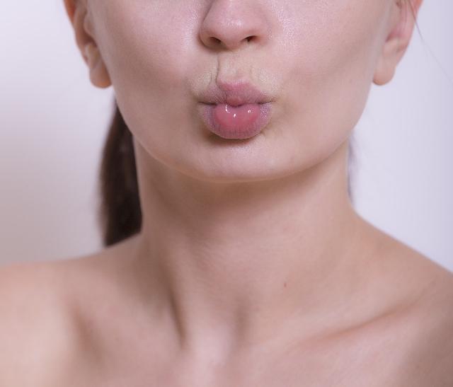 唇周りの梅干しジワ